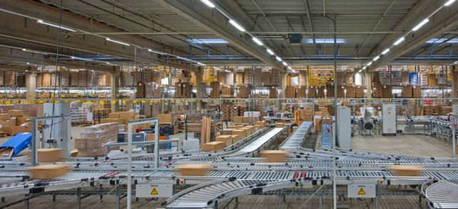 Auf Rollen unterwegs: Fördertechnik automatisiert die Lagerlogistik.