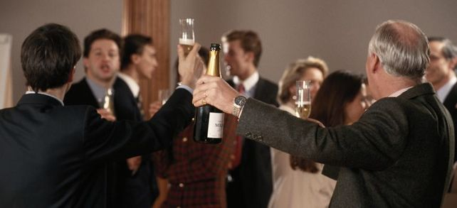 Alkohol am Arbeitsplatz ist gängige Praxis im Unternehmeralltag und theoretisch auch erlaubt, aber praktisch so gut wie nie, weil es Arbeitgeber wie Arbeitnehmer teuer zu stehen kommen kann.