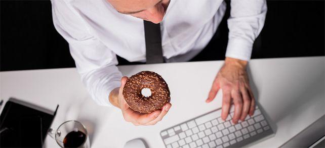 Nicht gerade gemütlich: Viele Büroangestellte in Deutschland essen in der Mittagspause am Schreibtisch - oder gar nicht.