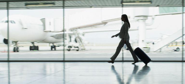 Jetzt aber schnell: Hat der Flieger bei einer Dienstreise Verspätung, zählt die reale Flugdauer als Arbeitszeit.