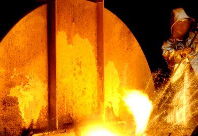 Arbeitnehmer der Metallbranche bekommen ab Juli mehr Geld.
