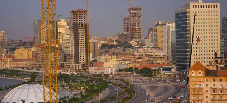Alt und neu, arm und reich: Angolas Hauptstadt Luanda ist eine Stadt der Gegensätze.