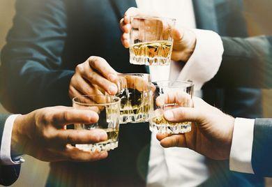 There's whiskey in the jar: Kaum eine Betriebsfeier kommt in Deutschland ohne Alkohol aus.