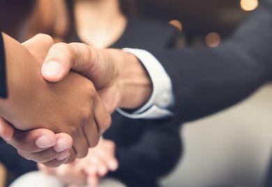 Den richtigen Geldgeber finden: Bei Verhandlungen mit Investoren sollten Mittelständler einige Dinge beachten.