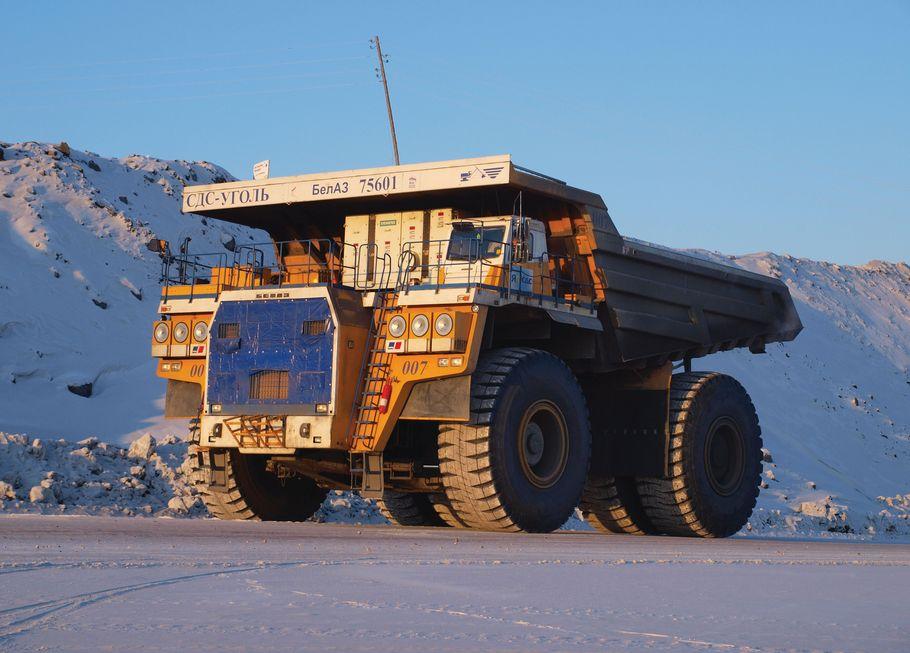 Der weißrussische Hersteller Belaz mischt im Konzert der großen Trucks ordentlich mit. Der 75600 ist 15,5 Meter lang, 9,45 breit und 7,47 hoch. Er schleppt bis zu 360 Tonnen in seiner überdimensionalen Mulde. Platz 5 im Ranking.