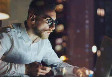 Bis tief in die Nacht: Geschäftsführer müssen oft lange arbeiten. Viele würden laut einer Studie ihre Arbeitszeit gerne verringern.