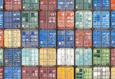 Hoch wie eine Containerwand: Die Hürden im Welthandel türmen sich.