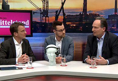 Im Gespräch: AR-Experte Alexander von Merzljak (rechts) und Lars Blanz (Mitte), Produktmanager bei Brother International, mit MuM-Chef-redakteur Christian Preiser (links).