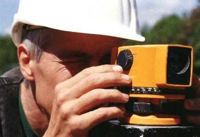 Landvermesser kartiert Baufläche:Für Fachkräfte bleibt Rente mit 63  in ferner Zukunft.