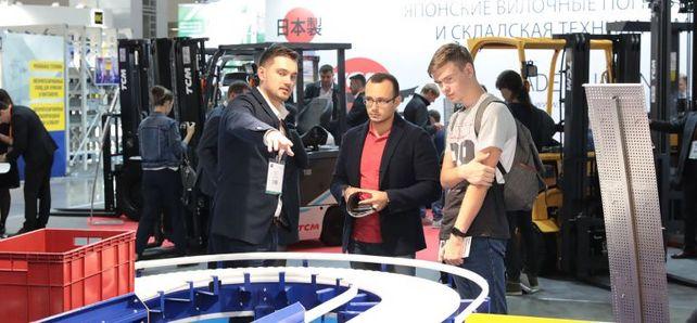 Auf Auslandsmessen muss man sich verständigen können - wie hier auf der Fördertechnikmesse Cemat in Moskau. Aussteller, die der Landessprache nicht mächtig sind, können örtliche Branchenexperten engagieren.