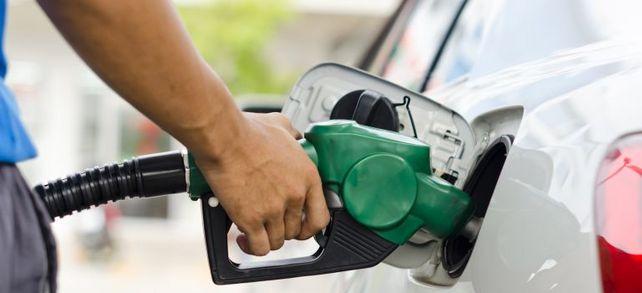 Tanken von Dienstwagen sollen mittels Tankkarten weniger aufwendig werden. Das zumindest hoffen Mittelständler. Doch nicht mit jeder Tankkarte kann man an jeder Tankstelle zahlen. Fuhrparkbetreiber müssen einiges beachten.