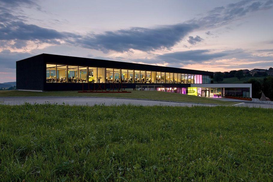 Alles so schön transparent und bunt hier: Die Firmenzentrale von Loxone im österreichischen Kollerschlag.