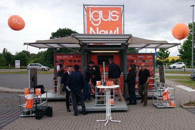 """""""Wie eine Musikkapelle"""": Der Kölner Kunststoffverarbeiter und Lagertechnikhersteller Igus veranstaltet mobile Hausmessen bei seinen Kunden."""