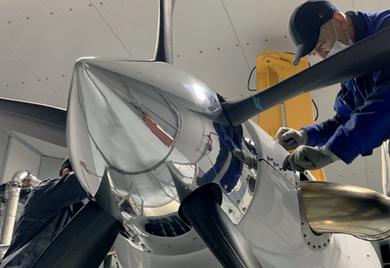 Fingerspitzengefühl: Montagearbeiten am Flugzeug beim Auftragsfertiger MT-Propeller