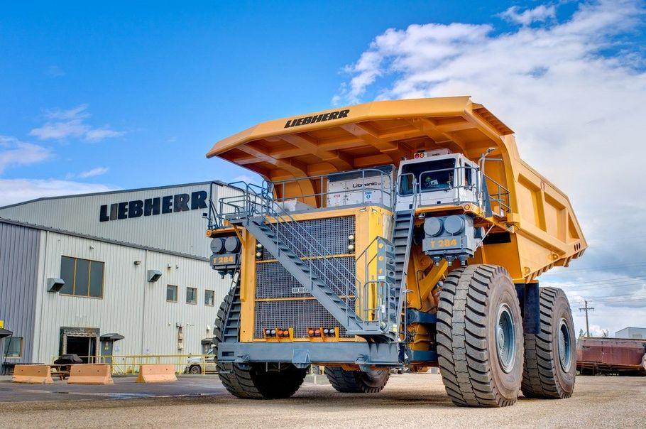 Auf dem vierten Rang folgt mit dem T 284 der größte Muldenkipper des in Deutschland gegründeten Unternehmens Liebherr. Die Maschine hat über 4.000 PS und eine Nutzlast von 363 Tonnen.