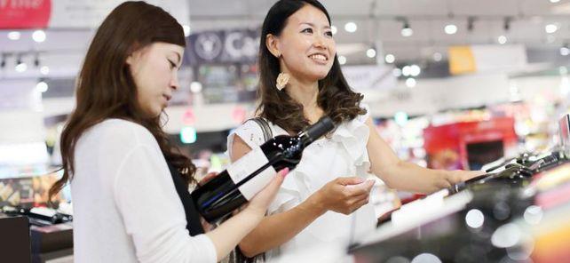 Zollbefreite Tropfen: In japanischen Supermärkten finden Kunden auch deutsche Weine und Lebensmittel. Deren Hersteller profitieren bald von Zollfreiheit im Export.