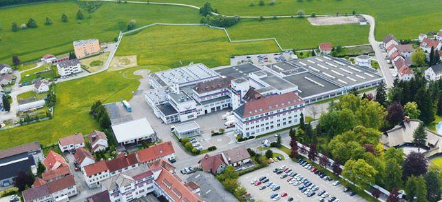 Weiß, rot, blau: In Burladingen wurde Trigema gegründet. Bis heute befindet sich hier auch noch der Stammsitz - inklusive Hubschrauberlandeplatz.