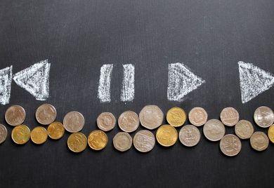 Ein Vorstandsvorsitzender im MDax hat 2015 im Durchschnitt ein Jahresgehalt von 2,7 Millionen Euro bekommen, ein ordentliches Vorstandsmitglied hingegen verdiente mit 1,4 Millionen Euro deutlich weniger und die Frauen gingen leer aus.