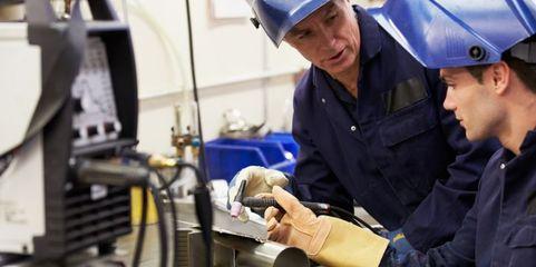 Die eigene Ausbildung von Mitarbeitern ist eine Möglichkeit für den Mittelstand, den Fachkräftemangel zu bekämpfen.