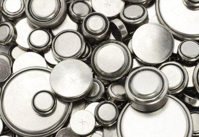 Lithium-Batterien kennt jeder aus seinem Alltag: sie werden in einfachen Elektrogeräten ebenso eingesetzt wie im Hightech. Besonders wertvoll ist dieser Rohstoff, weil Lithium eine geringe Selbstentladung hat, sehr handlich, weil sehr leicht ist und eine besonders hohe Spannung erzeugt.