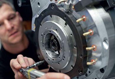 Gebrauchtmaschine oder neues Produkt? Montage eines Spindelstocks beim Werkzeugmaschinenbauer DMG Mori im Werk Pfronten.