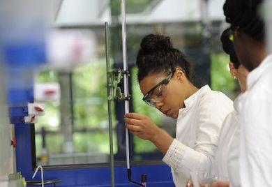 Um die eigene Innovatorenquote zu steigern, sollten Mittelständler verstärkt auf Forschungskooperationen mit regionalen Hochschulen setzen.