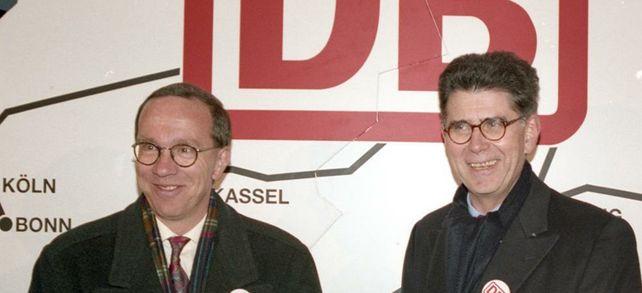 Staatlich privat: Verkehrsminister Matthias Wissmann und Bahnchef Heinz Dürr präsentieren stolz die Gründungsurkunde der Deutschen Bahn AG.