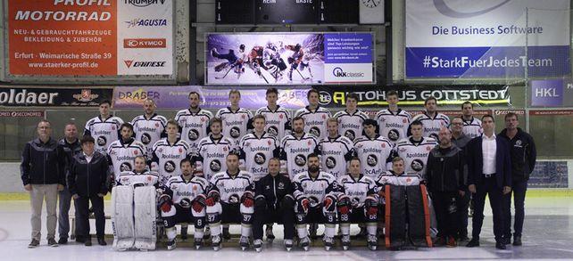 """""""Stark für jedes Team"""": Tecart-Geschäftsführer Christian Fischer (mittlere Reihe, zweiter von rechts) gemeinsam mit der 1. Mannschaft der Tecart Black Dragons."""
