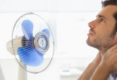 Heiß gelaufen: Wenn selbst der Ventilator kaum noch Abhilfe schafft, sinkt die durchschnittliche Arbeitsleistung der Mitarbeiter. Das zeigen Studien.