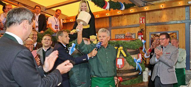 """Traditioneller Bierfassanstich: Münchens Oberbürgermeister Dieter Reiter eröffnete das Oktoberfest mit dem Ausruf: """"O'zapft is!"""" Das gilt auch für den Energieverbrauch auf dem größten Volksfest der Welt."""