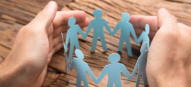 Wie eine schützende Hand: Mit der bAV übernehmen mittelständische Unternehmen Verantwortung für ihre Mitarbeiter.
