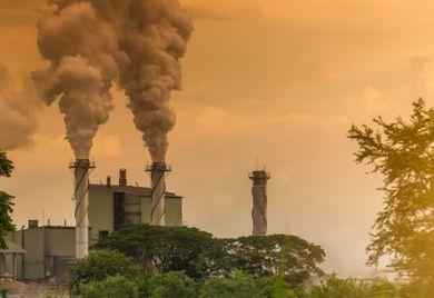 """Dicke Luft: China leidet unter der selbst erzeugten Verschmutzung. Mit strikten Umweltschutzauflagen und finanzkräftigen Förderprogrammen versucht die Regierung, die Industrie zu """"säubern""""."""