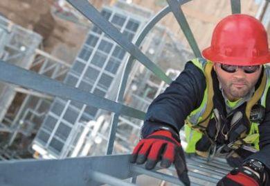 Mitarbeiter auf Steigleiter mit Rückenschutz: Mit der Verantwortung wächst die Vergütung.