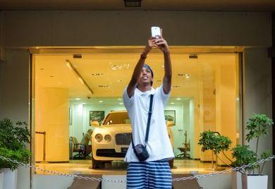 Smartphones werden in Indien nicht nur für Selfies genutzt. Immer mehr Inder shoppen online übers Handy. Deutsche Mittelständler sollten ihren Onlineshop daher auch als mobile Version anbieten.