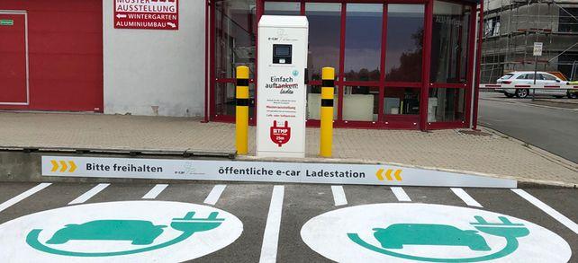 Strom tanken: Dass der Akku geladen wird und nicht der Tank gefüllt, ist nur eine Sache, an die sich E-Auto-Nutzer wie TMP-Geschäftsführer Bernhard Helbing gewöhnen müssen.
