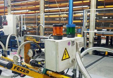 Hier blinkt es: Weil einige der in der Produktion beschäftigten Facharbeiter gehörlos sind, gibt es zusätzlich zu akustischen auch optische Warnsignale.