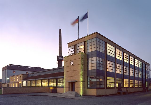 Licht auch im Schatten: die Produktionshalle von Fagus-Grecon im Abendlicht.
