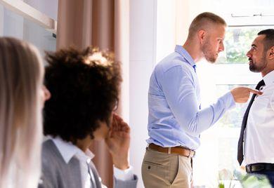 Unangemessenes Verhalten: Beleidigt ein Mitarbeiter einen Kollegen, kann ihm der Arbeitgeber dafür eine Abmahnung erteilen.