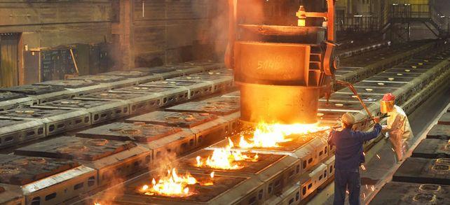 Mehr Geld könnte fließen: Im März läuft der Tarfivertrag für fast vier Millionen Beschäftigte in der Metall- und Elektroindustrie aus.