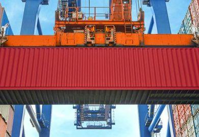 Container im Güterverkehr werden verladen: Unternehmen setzen auch im Bereich Recruiting immer stärker auf Management-Software, die Bewerbungen schon vorab für sie sortiert. Der Personaler muss nur noch durch eine Suchwortrecherche den richtigen Kandidaten auswählen.