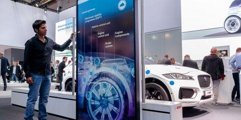 Virtueller Durchblick: Über einen verschiebbaren Bildschirm ermöglichen Aussteller – wie hier der Automobilzulieferer Bosch – Messebesuchern den Blick ins Innere ihrer Exponate.