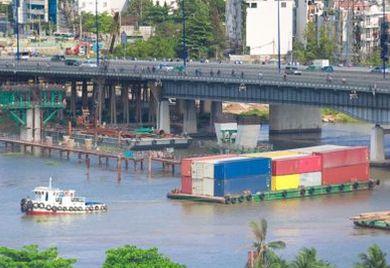 Verschiffung von Containern in Vietnam.