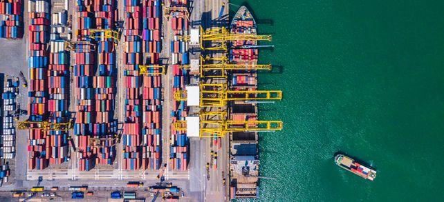 Viele Container voll: Fast der komplette weltweite Warenverkehr wird über Containerschiffe abgewickelt.