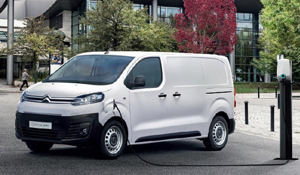 Citroën Jumper: Klassische Diesel-Motoren stehen für den Kastenwagen mit 140 oder 165 PS zur Verfügung. Zusätzlich bieten die Franzosen ein elektrisch angetriebenes Fahrzeug an. Es soll mit einer Reichweite bis zu 225 Kilometer aufwarten.