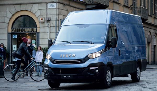 Iveco Daily: Der Transporter mit Italien im Blut verspricht niedrige Unterhaltskosten. So strecken die Fahrzeugkomponenten die Wartungsintervalle auf bis zu 50.000 Kilometer. Die Dieselantriebe leisten zwischen 136 und 150 PS. Neu ist der Elektroantrieb, der das Fahrzeug mit 5,6 t Gesamtmasse und 19,6 Kubikmeter Ladevolumen 280 Kilometer weit trägt.