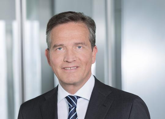 Michael Reuther, Vorstand Firmenkunden, Commerzbank  Was war die größte Veränderung bei der Unternehmensfinanzierung von Mittelständlern in den vergangenen 25 Jahren? Der Mittelstand war und ist zukunftsorientiert aufgestellt, er hat solide Grundwerte und ist hochflexibel. Dadurch ist er in den vergangenen Jahrzehnten gut durch die Krisenzeiten gekommen. Durch ihre Innovationskraft haben es die deutschen Unternehmen zudem verstanden, ihre Position im globalisierten Weltmarkt zu halten und auszubauen. Bahnbrechende Veränderungen bei der Unternehmensfinanzierung gab es zwar. Doch hat die Offenheit für Kapitalmarktlösungen in den vergangenen Jahren deutlich zugenommen. Daneben zeigt sich der Trend zur zentralen Finanzierung bei weltweit agierenden Unternehmen.   Und was wird die größte Herausforderung in Zukunft? Da gibt es einige Herausforderungen. Die Nachfolgewelle rollt auch weiterhin über die Unternehmen hinweg, da müssen rechtzeitig die Weichen gestellt werden. Das Thema Protektionismus nimmt sowohl in unseren Gesprächen mit dem Mittelstand als auch bei unseren Großkunden Raum ein. Besonders häufig reden wir mit unseren Firmenkunden aber über Veränderungen in ihren Geschäftsmodellen, die durch Digitalisierung, Globalisierung und ökologische Faktoren erforderlich werden.   Wie gut ist der Mittelstand derzeit finanziell aufgestellt? Seit jeher ist der deutsche Mittelstand sehr gut aufgestellt. Die vergangenen zehn Jahre haben nochmals zu einer stabileren Eigenkapitalbasis geführt. Grundsätzlich begrüßen wir das sehr, stehen als Bank aber auch für weitere Investitionen zur Verfügung.