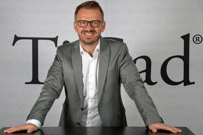 """Björn Hillesheim, Geschäftsführer, Ticad GmbH und Co. KG, Altenstadt: """"Elektromobilität ist der Weg der Zukunft. Die Automobilhersteller bringen aktuell attraktive Neuentwicklungen auf den Markt, die wirkliche Alternativen bieten – auch für längere Strecken. Durch unsere Elektro-Golftrolleys wie den Ticad Liberty wissen wir, wie schnell und gut sich die Technologie rund um Langlebigkeit und Leistungsdauer von Akkus derzeit entwickelt. Sofern die Infrastruktur mit ausgebaut wird, bin ich davon überzeugt, dass E-Mobilität die richtige und vor allem nachhaltige Richtung ist."""""""