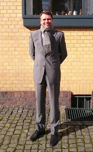 Junger Mann vor altem Gebäude: Kai Greten leitet das Familienunternehmen erfolgreich in fünfter Generation.