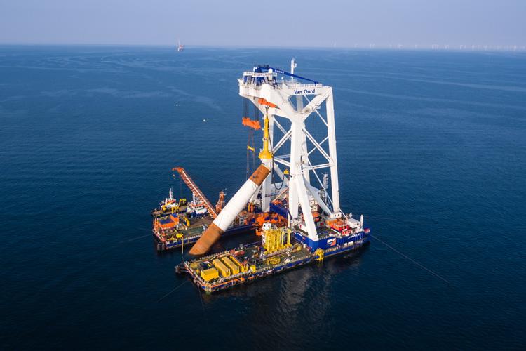 8.700 Tonnen Gold horten die deutschen Privathaushalte Studien zufolge. Die HLV Svanen könnte dieses Gewicht mit einem Mal heben. Stattdessen wird der Schwimmkran allerdings vor allem im Brückenbau und bei der Errichtung von Offshore-Windparks eingesetzt.