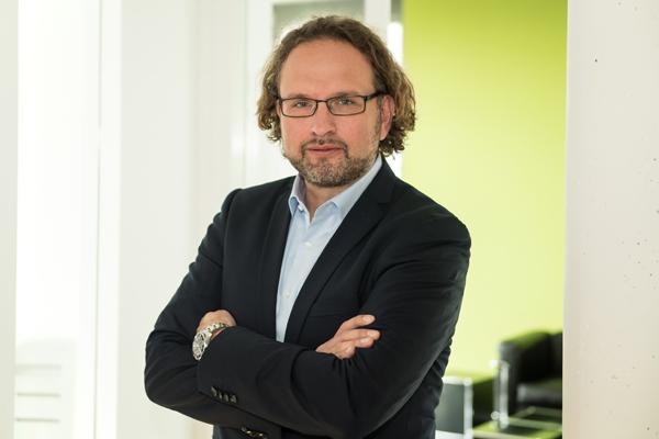 """Matthias Thurner, Mitbegründer, Vorstandsmitglied und CTO, Prevero AG, München """"Unsere Erfahrungen mit den Auszubildenden beispielsweise im Büro sind durchweg positiv: Sie haben ein gutes bis sehr gutes schulisches Allgemeinwissen, lernen schnell und arbeiten erste Aufgaben schon nach kurzer Zeit selbständig ab. Sie haben ein gutes Gespür für Kommunikation, das gilt auch für den Umgang mit unseren Kunden. Dies alles geschieht natürlich nicht von allein, denn unsere Mitarbeiter zeigen großes Engagement, wenn es um die Einarbeitung unserer Auszubildenden ins Berufsleben geht."""""""